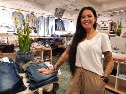 CHAPLIN: Elisabeth Justad gleder seg over strømmen av kunder inn butikkdørene denne sommeren.