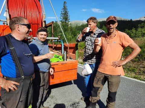 FEM-MINUTT:  Dugnadsgjengen tar seg en kaffetår. Fra venstre: Leder for dugnadsgjengen Per Pedersen, hytteeier Espen Olsen, hytteeier Odd Gunnar Dahle og hytteeier Sture Lien. Her fra gravinga på Bustadmoen