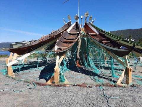 INSTALLASJON:  12 elvebåter reiste stevne utenfor Mjaavatnbrygga.