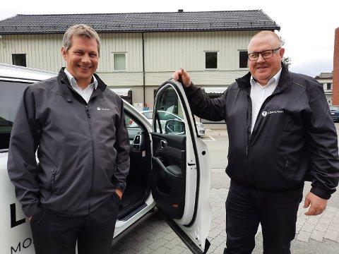 TAXI: Joakim Vike ( til venstre) er daglig leder ved Mosjøen Taxisentral og til høyre  Snorre Olsen som kjører drosje på deltid.