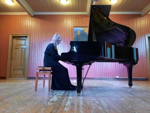 """KONSERT: Siril Valberg alene med pianoet under gårsdagens konsert i """"Ungdomslokalet"""" i Mosjøen."""
