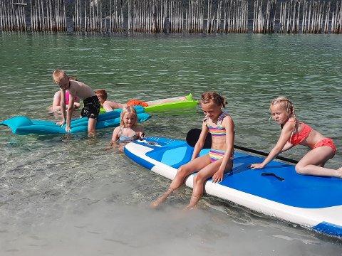 KOKVARMT: Jubel over badestranda i Mosjøen. Barna koser seg.
