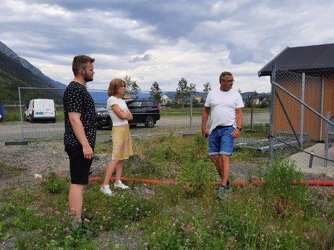 TOALETT: Her, ved inngangen til bobilcampingen, skal det midlertidige toalettet plasseres.  Fra venstre:  Karl Helge Kvalfors fra  maskinentreprenør-firmaet Trond Tverå,  avdelingsleder Lene Øksendal og Tommy Solem, daglig leder i Entreprenørteam Eiendom.