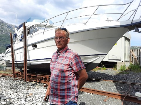 SLIPPEN: Her måtte Vidar Nesjeøy ta selveste storvogna i bruk da denne båten skulle opp på slippen.