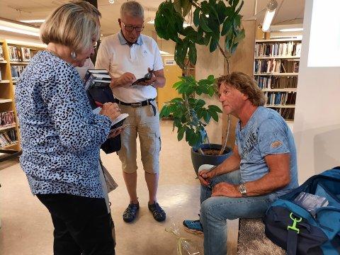 """KØ: Folk stilte seg i kø for å få en signert utgave av den nye boka hans """"Enok""""."""