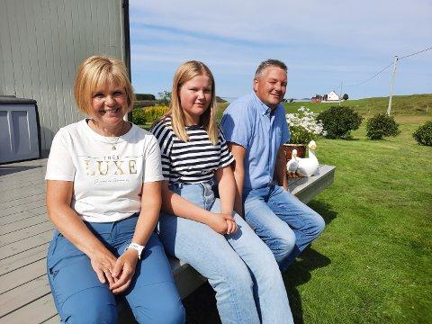 FERIEMODUS:  Ikke alle har 120 mål å feriere på. Her tar familien Gårdvik en pust i bakken. Fra venstre: Mor Kitty, dattera Kristine og far Øivind.