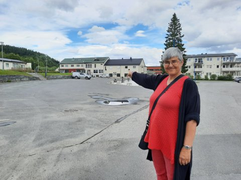 NY VEI: Om noen år vil E6 gå utenfor Trofors, og delvis i tunell. Ordfører Ellen Schjølberg viser her hvor den nye tilførselsveien til stedet vil komme.