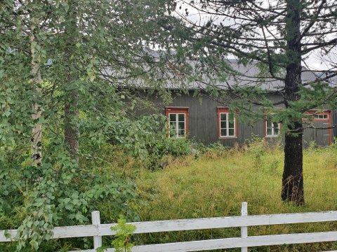 BYGGEPROSJEKT: På denne tomta i Jernbanegata ønsker Statskog å bygge leiligheter eller tomannsboliger.