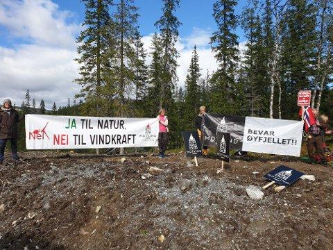 MOT VINDKRAFT: Demonstranter fra Motvind har slått seg ned langs anleggsveien opp mot vindkraftverket i Vesterfjellene.