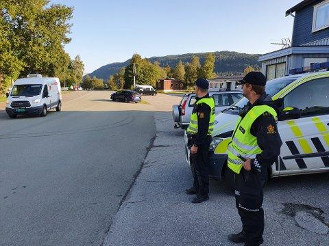 KONTROLL: Politiet har vært ekstra synlige flere steder på morgenene denne uka. Her er det politibetjentene Jacob Linaker og Jostein Rørvik som har tatt oppstilling utenfor Olderskog skole.
