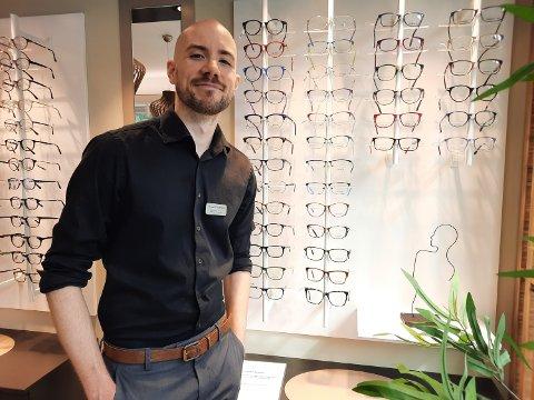 OPTIKER: Thomas Brevik Kjærstad har jobbet som optiker hos Stensland i sommer.