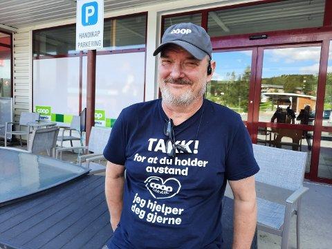 NY FASADE: Nysjefen Terje Jahnsen foran den nye delen av inngangspartiet. Nå skal butikken bli mer moderne.