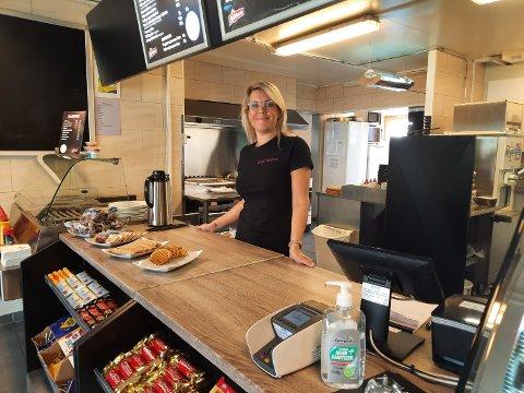 LAGER MATEN: Jannike Aakervik og de andre ansatte lager selv maten enten det nå er koldtbord eller varmmat.