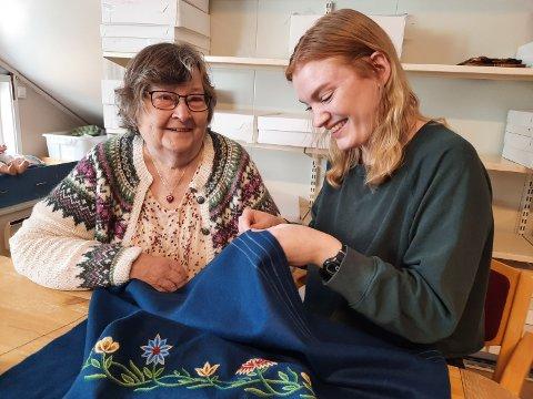 TEAMARBEID: Dina Konradsen og bestemor Evy Bolstad Bråten i dyp konsentrasjon.