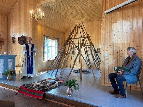SISTE GUDSTJENESTE: Under gudstjenesten i Majavatn kirke sist søndag markerte prest Einar Bondevik at Majavatn kirke har avsluttet sin funksjon som kirke. T.h. diakon Bertil Jønsson.