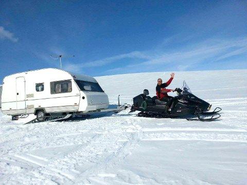 Bildet av Sigmund Alexandersen med campingvogna på fjellet er tatt for rundt 2 år siden. Her ser man at skiene er påmontert.
