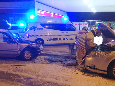 TO TIL SYKEHUS: Begge sjåførene ligger til observasjon på sykehuset. Foto: Maria Wahl Østvik