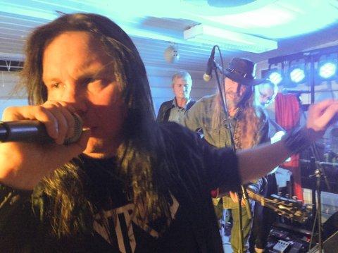 GA JERNET: Kai Somby og Elg ga jernet i Olderfjord lørdag. I bakgrunenn skimtes to av backingbandet fra Billefjord, Trond Valstad på bass og Vidar Aslaksen på gitar.