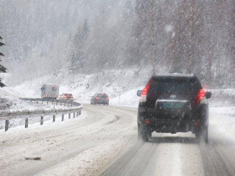 LEGG OM DEKK: Det er den klare oppfordringen fra meteorologisk institutt etter at de la ut farevarsel om fjellet i Finnmark. – Nå kommer snøen og den vil komme helt ned til fjære, forteller Trond Lien, vakthavende meteorolog. Illustrasjonsfoto