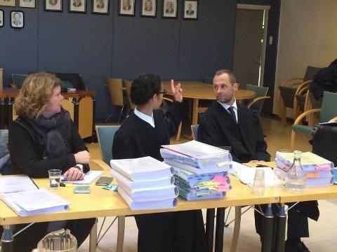 I retten: Rektor Inger Persen, advokatfullmektig Sara Boone og fylkeskommunens prosessfullmektig Anders Stenbrenden