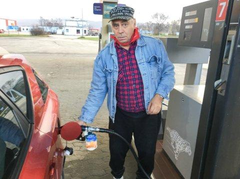 Bernt Josefsen fyller tanken i Lakselv. Regjeringen vil at dieselen skal bli 35 øre literen dyrere.