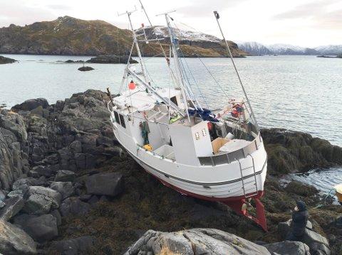 Båten til Tom Johansen ble liggende slik i fjæra etter stormen tirsdag.