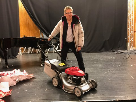 Wenche Pedersen sa at hun kunne klippe gresset hvis hun fikk en lyserød gressklipper. Dette var et tilbud ordføreren ikke kunne motstå.
