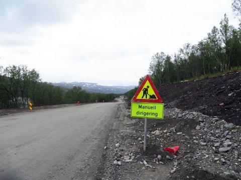Det vil være redusert hastighet og stans i korte perioder mange steder i Finnmark i sommer. Her fra riksvei 94 ved Skaidi.