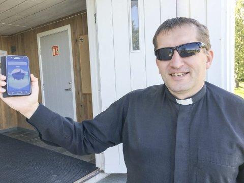 «Poképrest»: Arne Skare er Porsangers folkelige og populære sokneprest. Hva er vel da mer naturlig enn at han også er med på pokémon-bølgen som rir hele verden nå. Foto: Tor Kjetil Kristoffersen