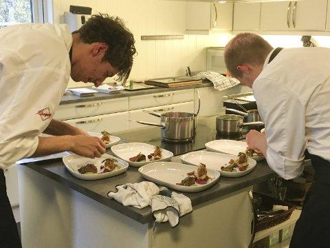 ANRETNING: Inge Olsen og Steffen Aronsen har perfeksjonert hvordan maten skal ligge på tallerkenen under NM.