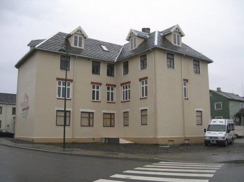 I NY DRAKT: Sånn framsto Grand Hotell da store deler av oppussingsjobben var gjort utvendig. Bildet er tatt av Finnmark fylkeskommune, som også har vært delaktig i prosjektet.