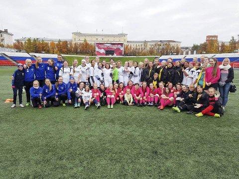KNYTTET NYE BÅND: Polarstjernen IL var med Finnmark Fotballkrets til Murmansk i helgen. Her lærte de bort sine fotballkunster til lokale jentespillere, og samtidig ble de enda bedre kjent med litt av hverdagen til sine naboer i øst. Foto: Polarstjernen IL