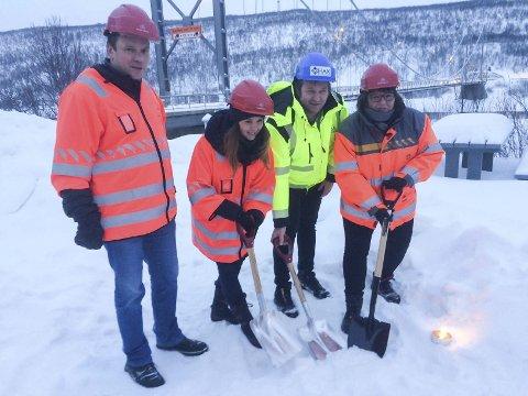 I GANG: Ordfører Frank Martin Ingilæ (f.v.), Emilia Bomvik , Ole Heggeli og Oddbjørg Mikkelsen fikk æren av å ta det første symbolske spadestikket. FOTO: ALF HELGE JENSEN