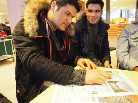 FORNØYD: Wahid Sadeq Tarakhel kom til Norge som flyktning for 2 år og 5 måneder. Hjemme i Afghanistan mistet han    Jeg liker veldig godt å komme hit og snakke med nordmenn, forteller Wahid Sadeq Tarakhel (19) (t. venstre i bildet).