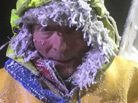 ISENDE KALDT: Det var 16-17 kuldegrader og stiv kuling ved fjordene på sørsida torsdag formiddag. Sånn ble Arne Pedersen seende ut da.