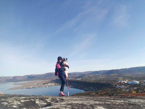 HØRTE BJEFFING: Marlene Park og hennes mann var på tur på Komsa. De fant hunden i bergsprekken, og etter flere nytteløse forsøk på å få løs hunden tok de kontakt med brannvesenet. På bildet er hun på tur med sin egen hund.