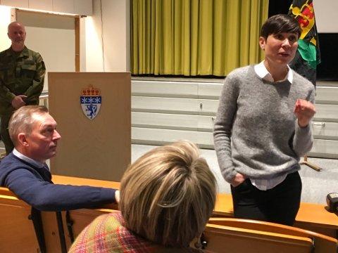 TROR PORSANGMOEN REISER SEG FRA ASKEN: Forsvarsminister Ine Marie Eriksen Søreide tror at kavaleribataljonen og milliardinvesteringer i infrstruktur på Porsangmoen blir en realitet. På første rad sitter EU-minister Frank Bakke-Jensen og følger med, mens Porsangers ordfører Aina Borch, sitter like bak. Til venstre i bildet, dagens sjef på Porsangmoen, sjef for HV 17, oberstløytnant Stein Høye.