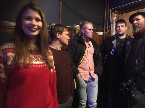 SPENTE: Reinert Kiil (nummer to fra høyre) synes det er litt skummelt å ha premiere i hjembyen, men gleder seg også.