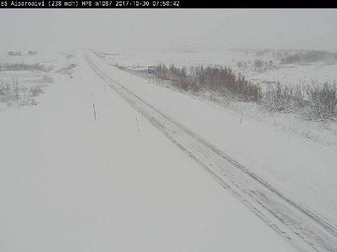 SNØ OG IS: Snø- og isdekke og glatte partier preger mange av veistrekningene i Finnmark mandag morgen. Her fra Aisaroaivi på Sennalandet.