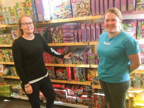 LEGO I STORE DUNGER: Nina Kulsland Eriksson (til høyre) og Bente Bakervik sier de selger store mengder Lego til lojale kunder i Lakselv. Nå har førstnevnte stilt seg tilgjengelig som Høyres varaordførerkandidat i Porsanger ved kommende kommunevalg.