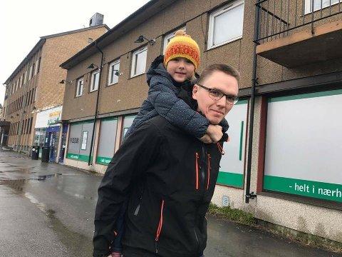 RØRT: Geir Sabbasen og datteren Sunniva (5) har ikke ord for hvor takknemmelig de er for lokalsamfunnet. Foto: Privat.