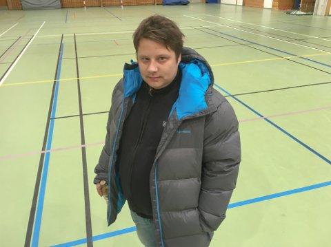 MISFORNØYD: Administrativ ansvarlig til A-laget til IL Nordlys i Karasjok, Geir Michael Boine, er langt fra fornøyd med forholdene i sportshallen i Karasjok.