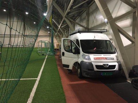 I HALLEN: Produksjonsbilen til iFinnmark er på plass for å sende opp mot 100 kamper fra FeFo Cup 2017 i Kirkenes.