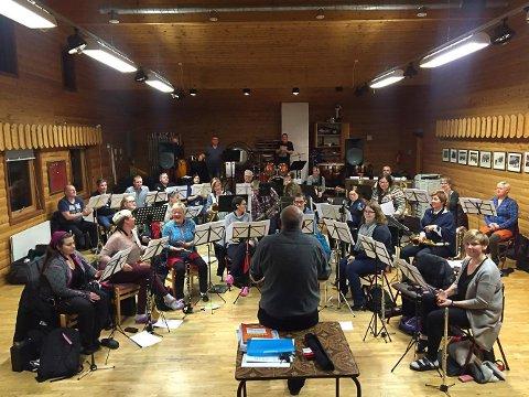 BLIR TIL STORBAND: Vardø bymusikk går fra å være korps til å bli storband når de åpner Blues i vintermørket torsdag.