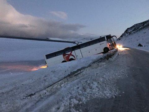 AV VEIEN: Bussen har trolig sklidd av veien. Det er sterk vind på stedet. (Alle foto: Stine Serigstad)