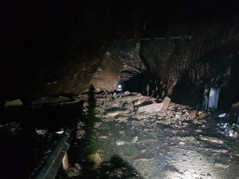 STEINRAS: Veien stengte ved Falkebergtunnelen etter to steinras natt til torsdag, og siden da har det falt mer stein i veibanen. – Dette bekrefter at fjellet er ustabilt og at det er farlig å ferdes på veien, sier Kurt Mørk Eriksen, som er prosjektleder for Statens vegvesen i Finnmark. i en pressemelding.