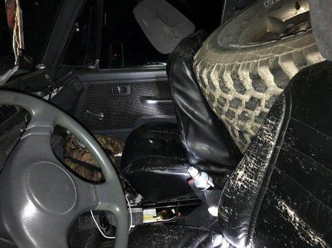 KRASJET I STOLPE: Dekk har presset setene fremover. Politiet antar at sjåføren er skadet.