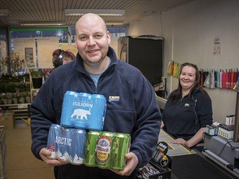 LOJALE ANSATTE: - Mine ansatte har yrkesstolthet, sier Brynjar Alexandersen. To av de ansatte har jobbet på butikken i 25 år. Bildet er tatt tidligere i år, da diskusjonen om Mack-øl i dagligvarebutikkene gikk for fullt.
