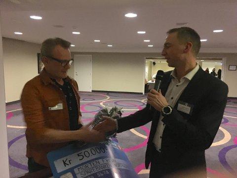 DELTE UT PRIS: Konserndirektør Trond Hanssen i Sparebank1 Nord-Norge fikk æren av å dele ut prisen til Morten dame- og herrefrisør AS.