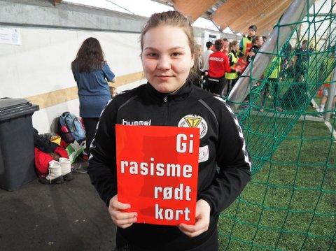 MOT RASISME: Her viser Tuva Fredheim (12) fra klasse 7B, at hun tar fullstendig avstand fra rasisme.